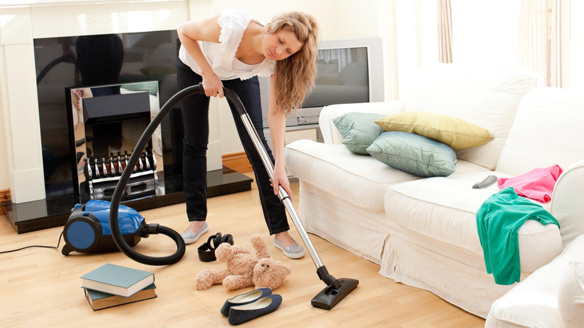 Девушка наводит порядок в доме