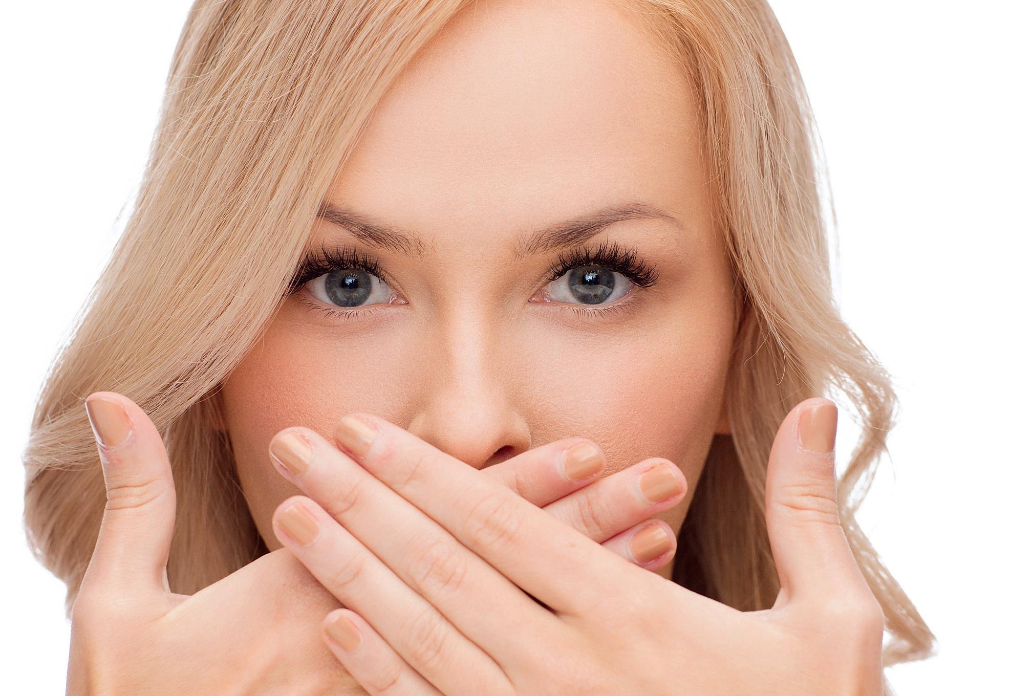 Девушка прячет губы