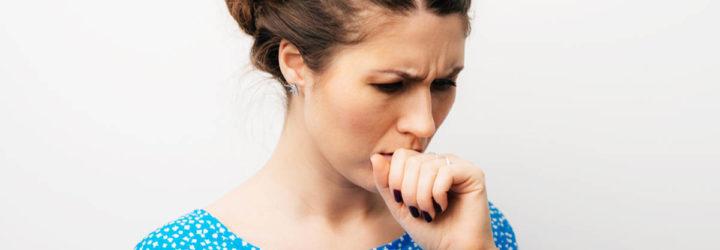 Девушка кашляет