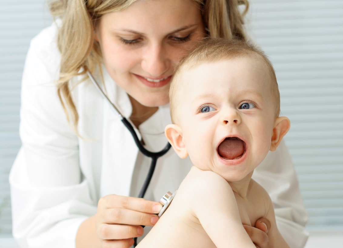 Осмотр врачом ребенка