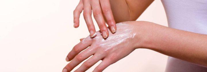 Девушка мажет руки кремом