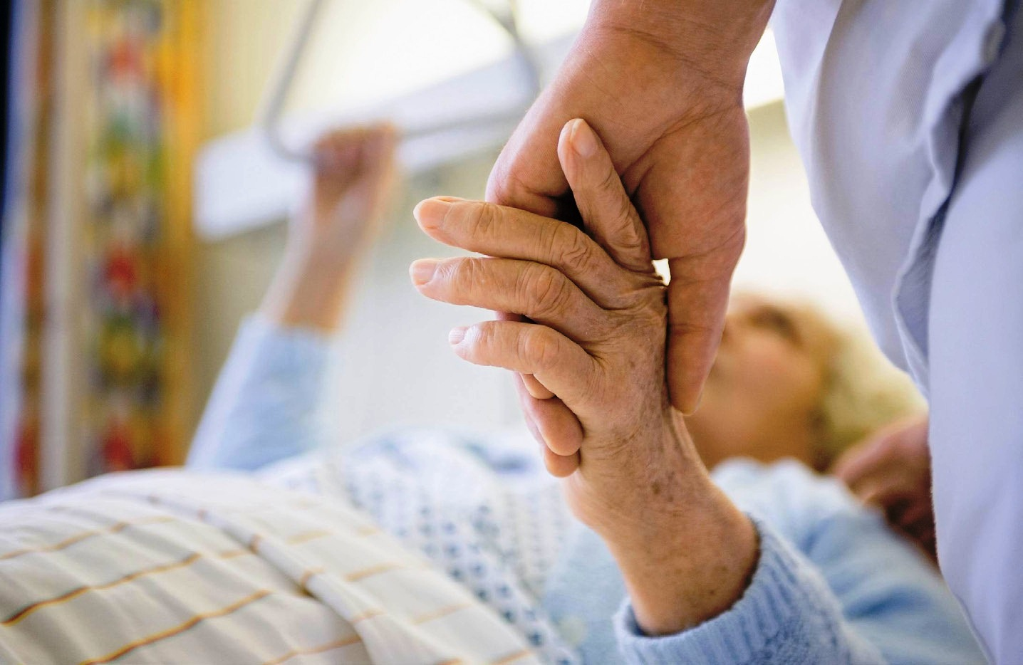Пожилая женщина в больнице