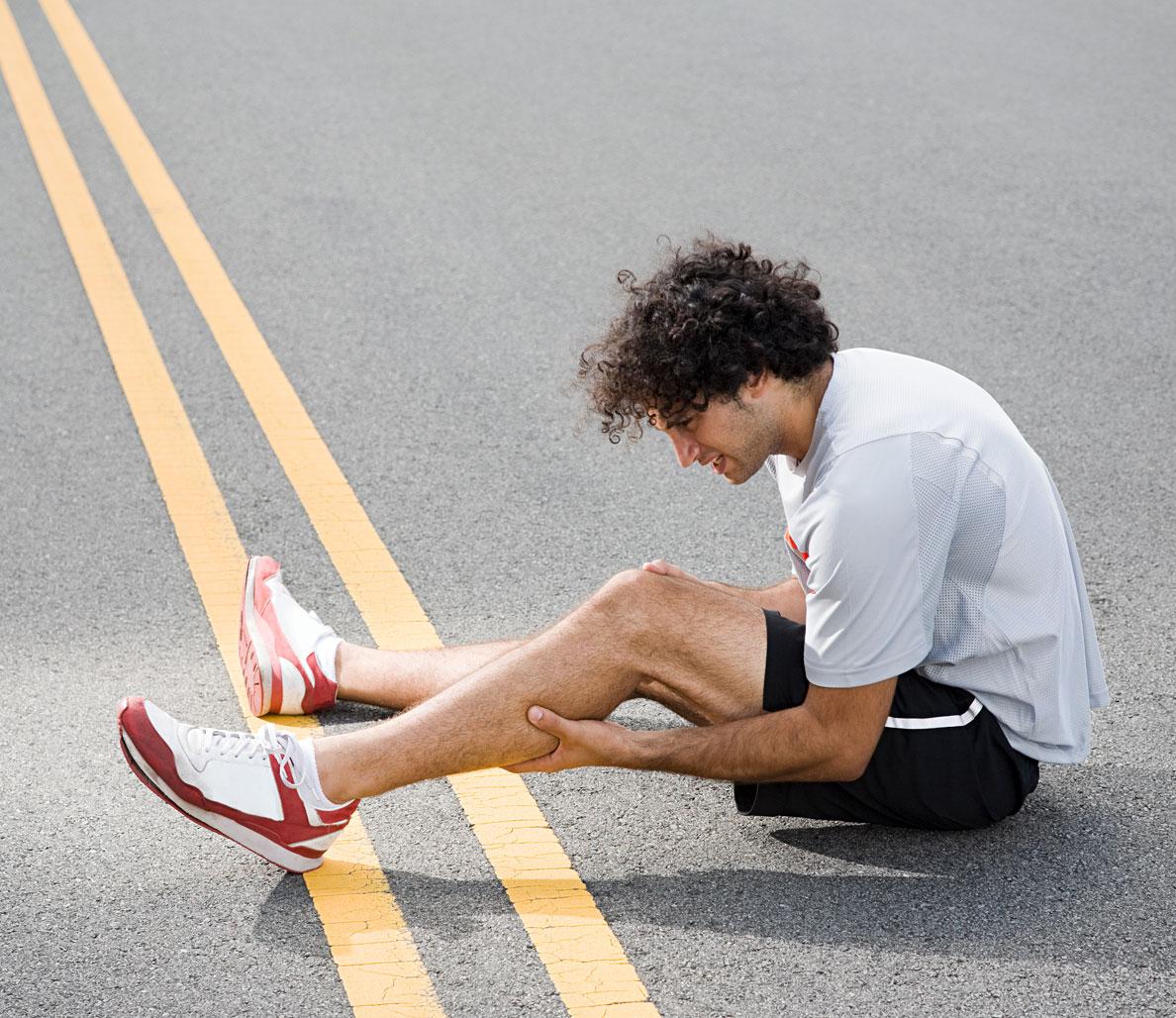 Судороги икроножных мышц: причины, лечение