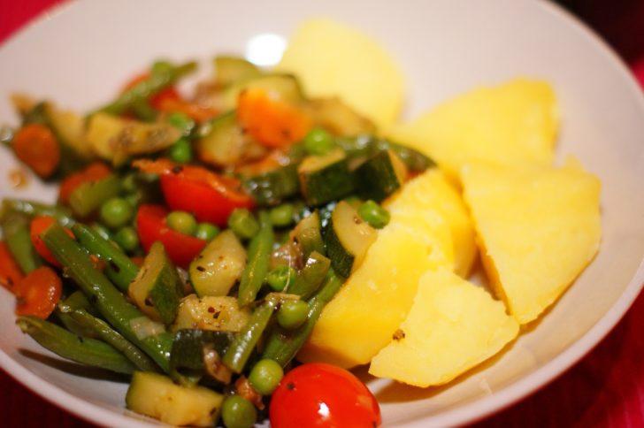 Вареная картошка и тушеные овощи