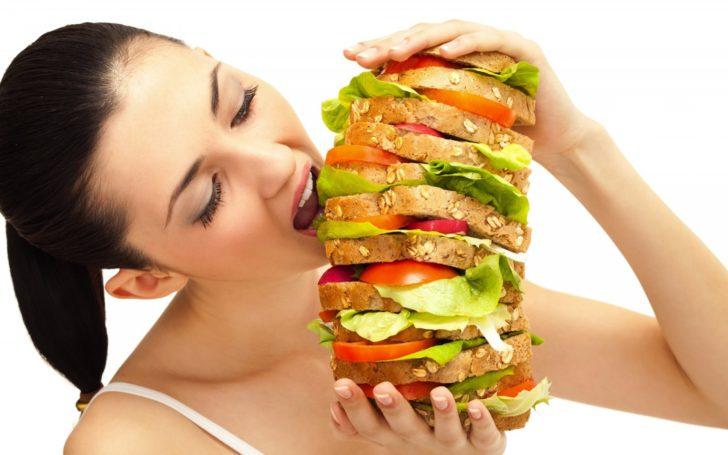 Девушка есть огромный бутерброд