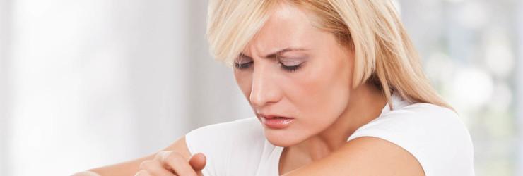 Женщина осматривает кожу