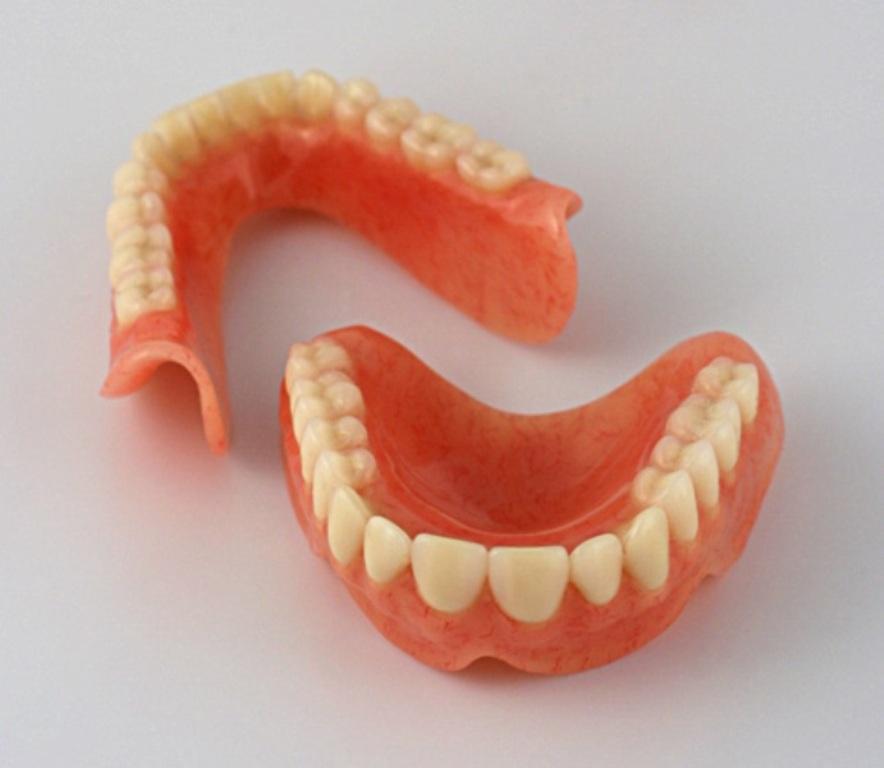 Какой  зубной  протез  выбрать?