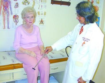 доктор осматривает больную