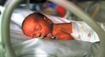 недоношенный малыш спит