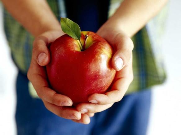 Яблоко в руках человека