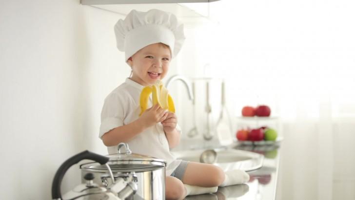 Ребёнок ест банан