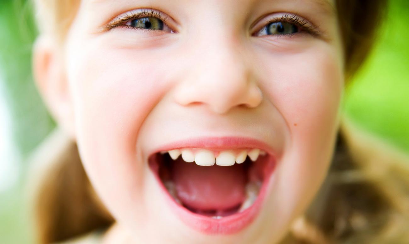 Признаком чего может быть неприятный запах изо рта у ребёнка?