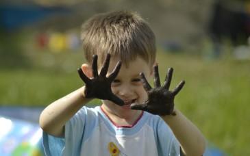 Ребёнок с грязными руками