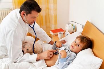 Вызов врача на дом, врач осматривает ребенка на дому