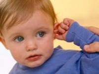 Ребенок чешет ухо