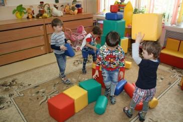 Дети в детском саду играют