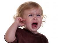 Ребенок прикрывает рукой ухо
