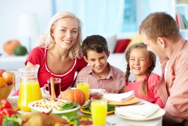 Семья ест овощи