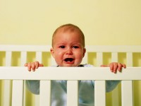 Ребенок плачет в кроватке
