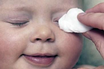 Протираем лицо ребёнку