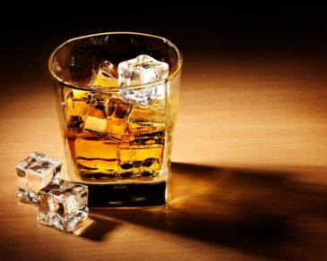 Крепкий напиток со льдом