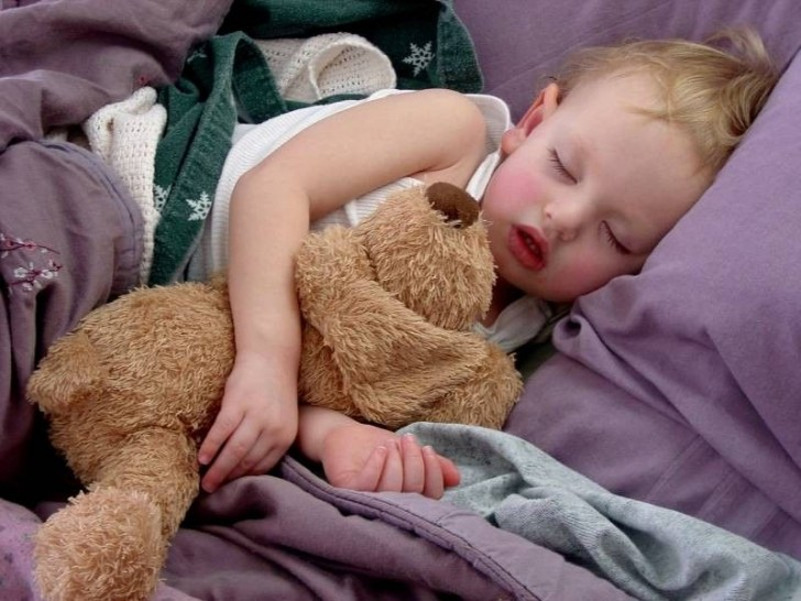 Ребенок спит в кровати
