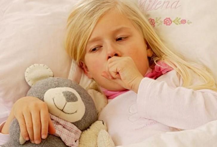 девочка в постели кашляет