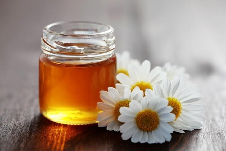 банка с медом и цветы ромашки