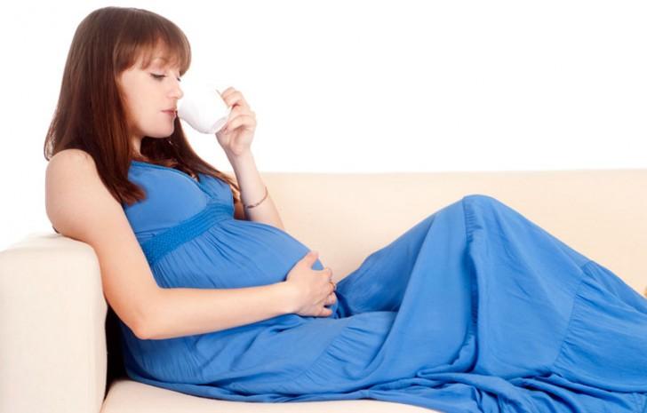 Беременная пьёт воду