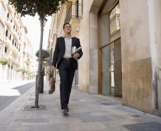 мужчина идет по улице