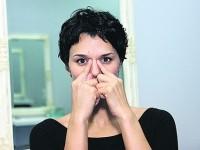 приложенные пальцы у переносицы