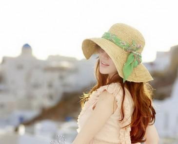 Женщина на улице в широкополой шляпе