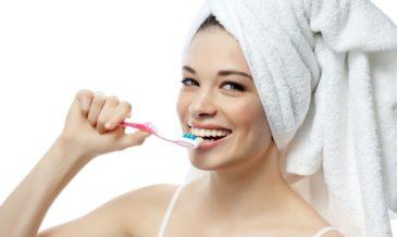 человек чистит зубы