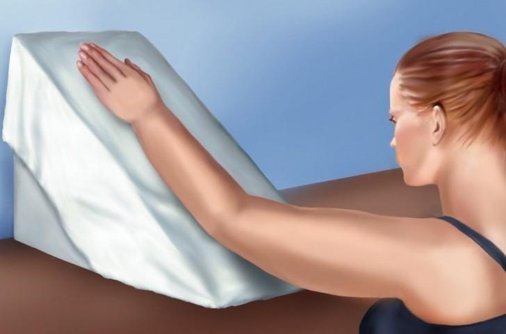 девушка с поднятойвверх рукой