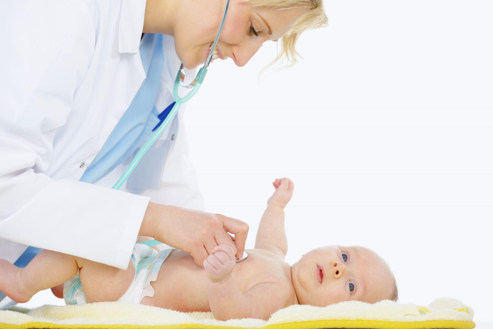 врач осматривает ребёнка