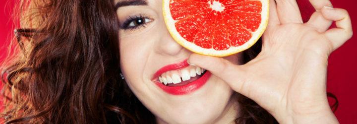 Девушка с грейпфрутов в руке