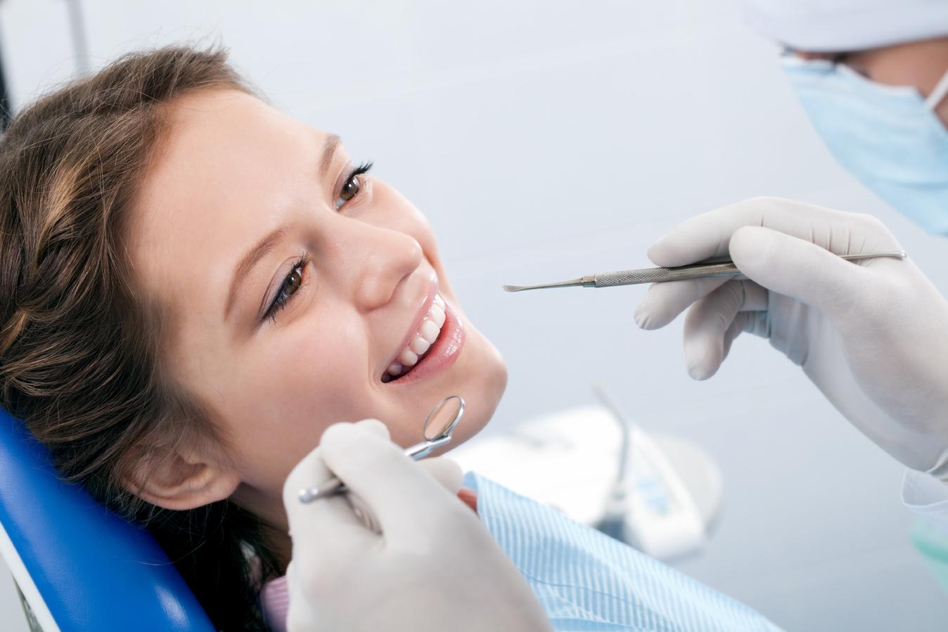 Зубы в крапинку: причины, симптомы и лечение флюороза