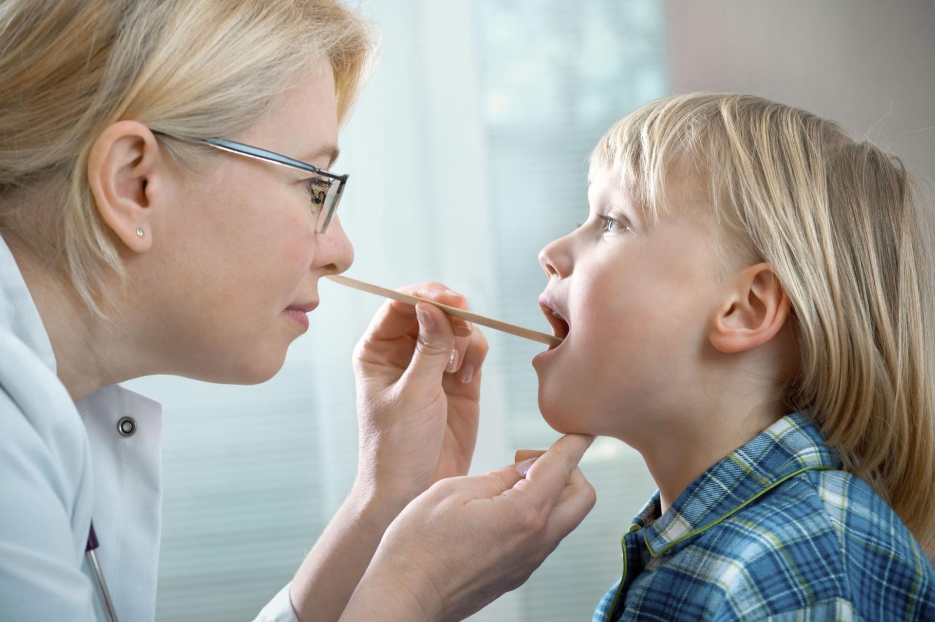 У ребёнка болит горло — вирусный тонзиллит или ангина?