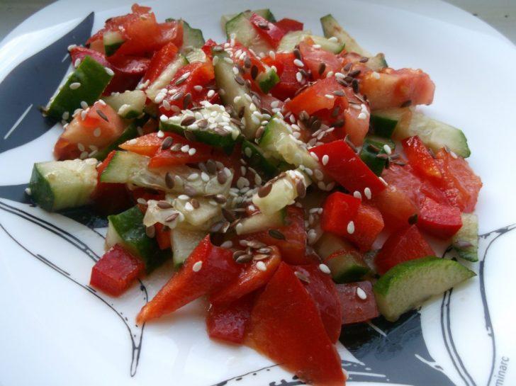 весенний салат с семенами льна и кунжута