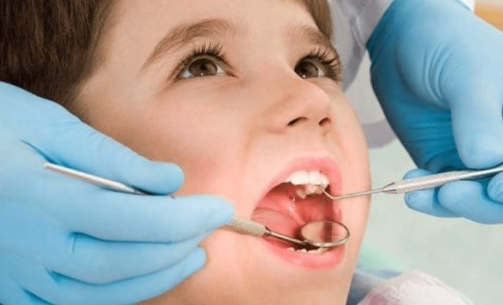 Ребёнок лечит зубы
