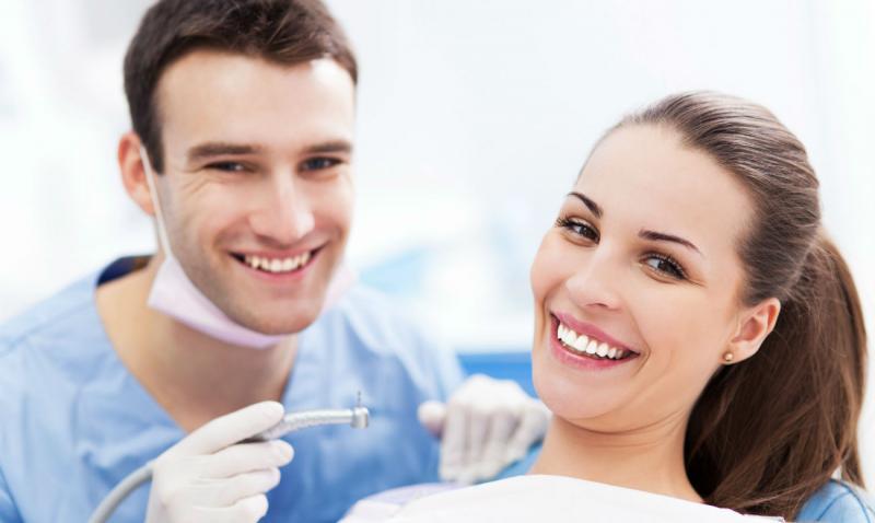 Белый налёт на зубах у взрослых и детей: причины возникновения, способы удаления и меры профилактики