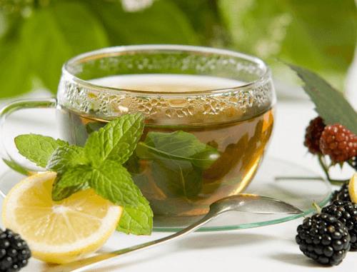 Чай из крапивы приготовленный на водяной бане