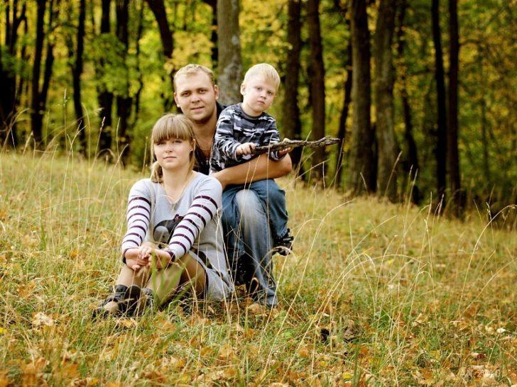 Прогулка семьи в лесу