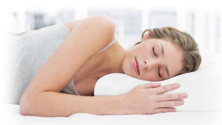 Женщина спит на подушке