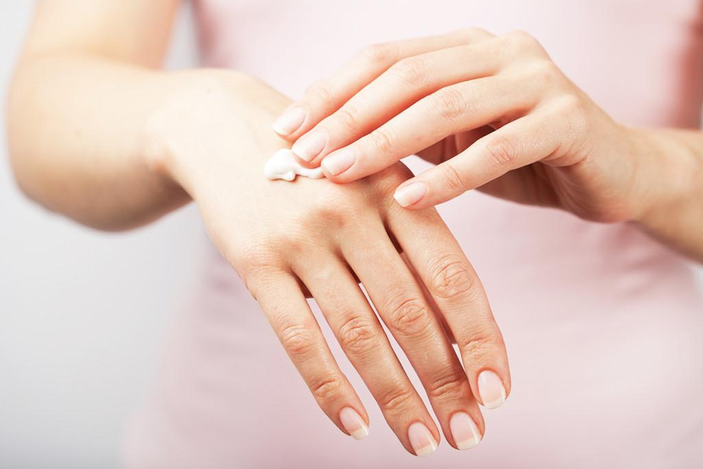 Трещины на руках, пальцах: причины и лечение