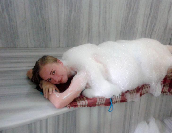 Девушка в мыльной пене