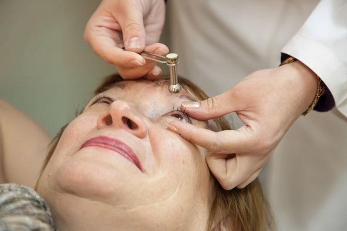 Офтальмолог осматривает больного