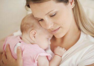 Мама и новорожденная девочка