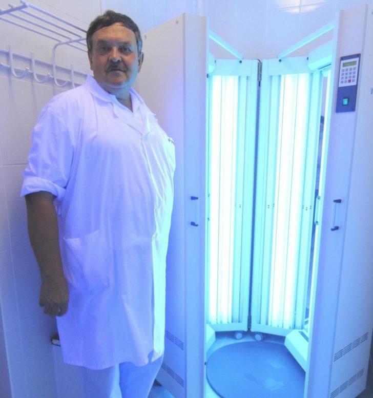 Врач рядом с ПУВА-аппаратом для лечение склеродермии