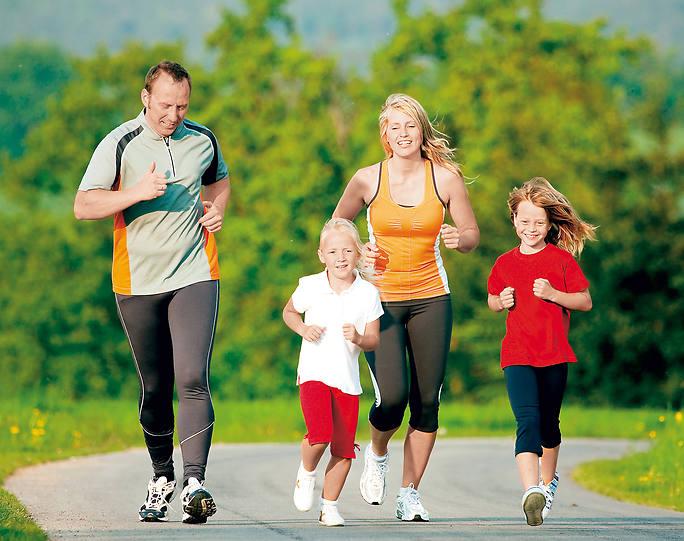 Семья бежит по дороге
